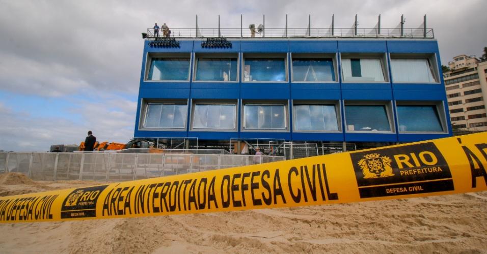 31.jul.2016 - Técnicos, engenheiros e operários trabalham para proteger estrutura montada no Rio de Janeiro (RJ) que será ocupada pela imprensa estrangeira nos Jogos Olímpicos, depois da ressaca ocorrida no dia anterior onde fortes ondas, que chegaram a 3 metros, cobriram parte da faixa de areia