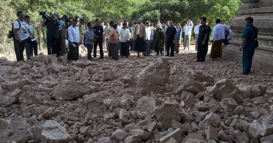 25.ago.2016 - O presidente de Mianmar, Kyaw (ao centro) e oficiais do governo inspecionam o templo de Sulamani, danificado por um terremoto. Um terremoto de magnitude 6,8 na escala Richter atingiu o país e danificou quase cem templos centenários na região de Bagan