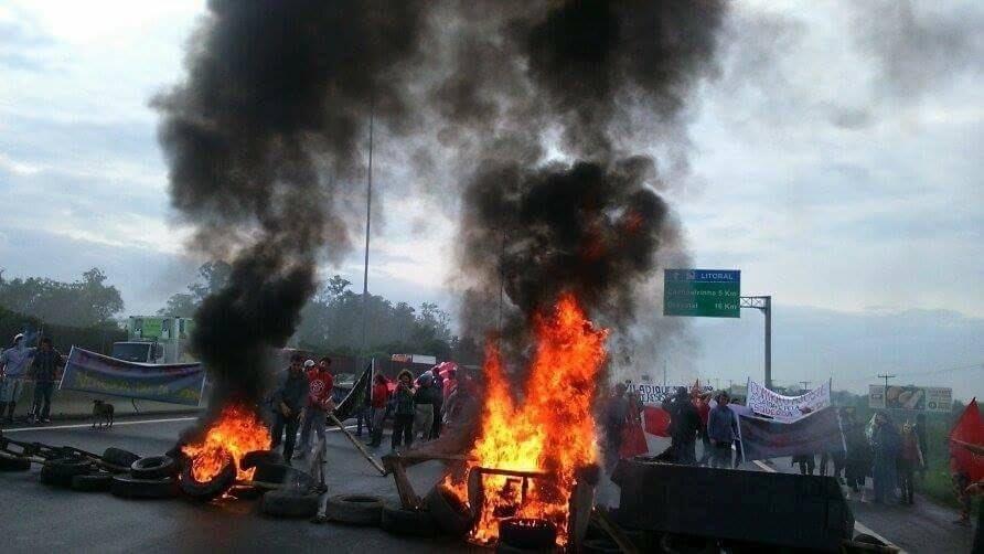 30.ago.2016 - Integrantes do Movimento dos Trabalhadores Sem Teto (MTST) bloqueiam estrada que dá acesso a Porto Alegre (RS), em protesto contra o governo interino de Michel Temer e contra cortes em programas sociais