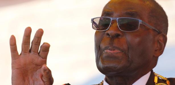 8.ago.2016 - O presidente do Zimbábue, Robert Mugabe, gesticula durante discurso para marcar o Dia dos Heróis Nacionais, em Harare