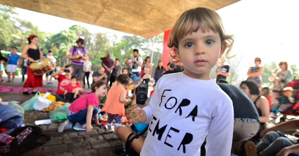 10.set.2016 - Um grupo de mães e filhos protesta contra o governo do presidente Michel Temer no Vão Livre do Masp, na Avenida Paulista, em São Paulo