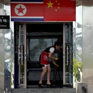 Norte-coreana limpa chão em um restaurante em Dandong, na China, onde milhares de cidadãos da Coreia do Norte vivem