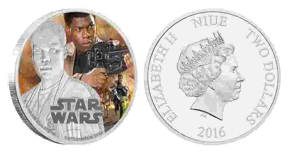 """Moeda de 2 dólares de Niue, ilha no Pacífico que é um território associado da Nova Zelândia, estampada com cenas de """"Star Wars: O Despertar da Força""""; a edição faz parte de uma série especial em comemoração ao lançamento do filme - Divulgação/New Zealand Mint"""