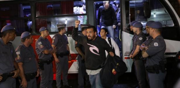 Alunos deixam ônibus da PM após serem retirados do prédio do Centro Paula Souza
