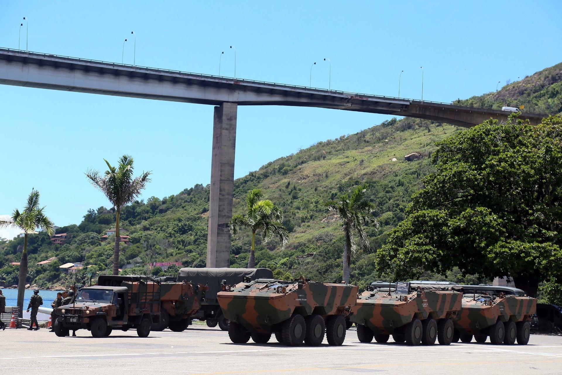 11.fev.2017 - Veículos blindados do Exército fazem a segurança da cidade de Vila Velha, no Espirito Santo. O ministro da Defesa, Raul Jungmann, fez neste sábado (11) um apelo para que os policiais militares do Estado encerrem a greve, que chega ao oitavo dia
