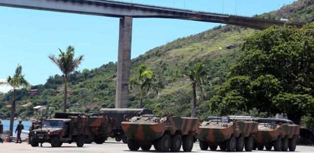 Veículos blindados do Exército fazem a segurança da cidade de Vila Velha, no Espirito Santo