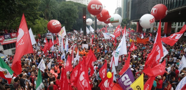 Trabalhadores e movimentos sociais protestam na avenida na Paulista