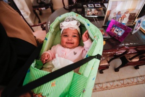 Bebê órfão do Estado Islâmico volta para casa no Sudão (Foto: Ashraf Shazly/ AFP)