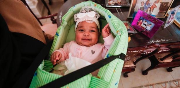 A bebê Lojien na casa de seus avós Alithi Yousef e Manal Fadlallah, em Cartum, Sudão
