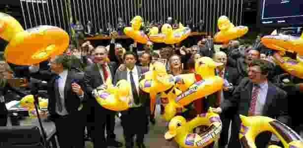 Deputados da oposição com patos infláveis em protesto contra projeto de terceirização - Pedro Ladeira/Folhapress
