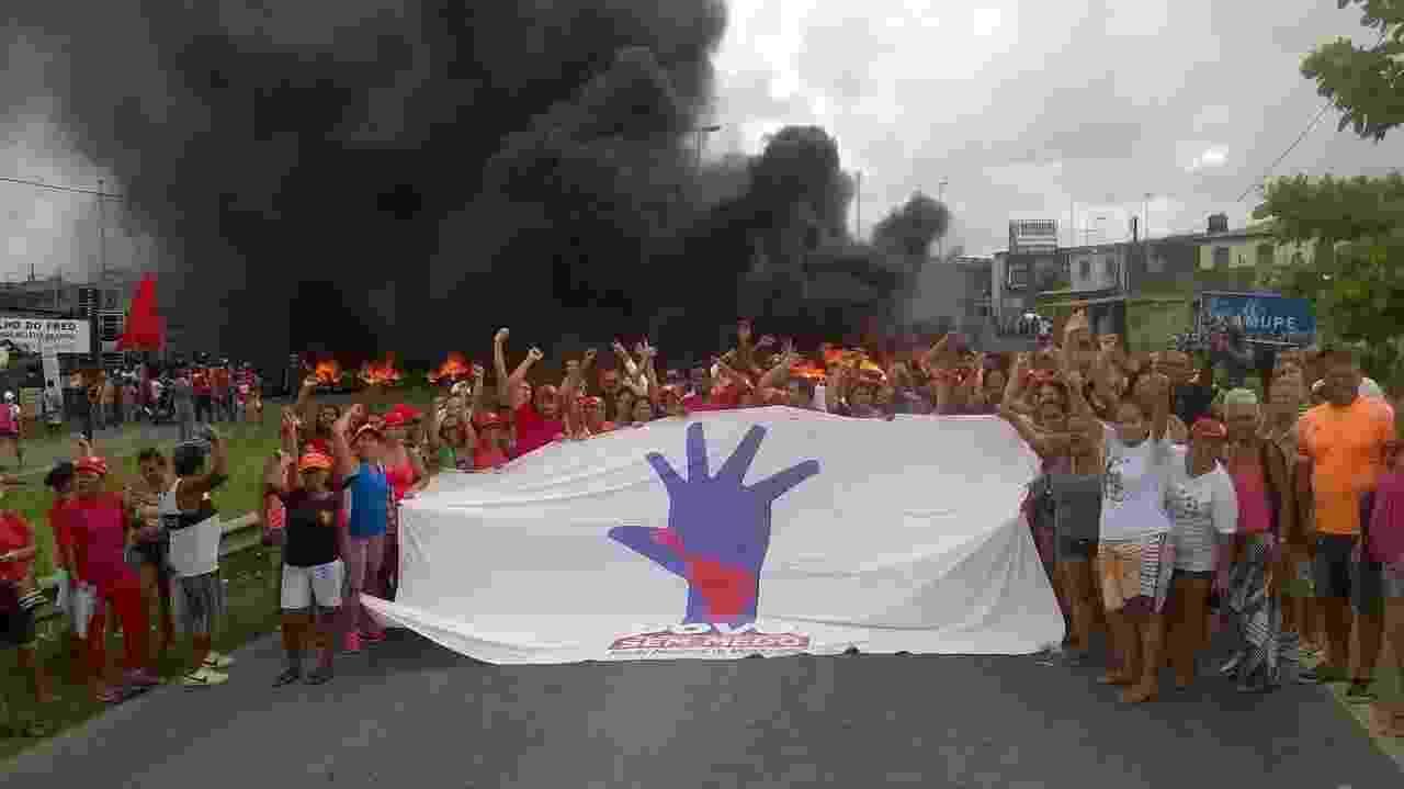 31.mar.2017 - Em Recife, manifestantes queimaram pneus e bloquearam nos dois sentidos a BR-101 - Reprodução/Facebook/MTST