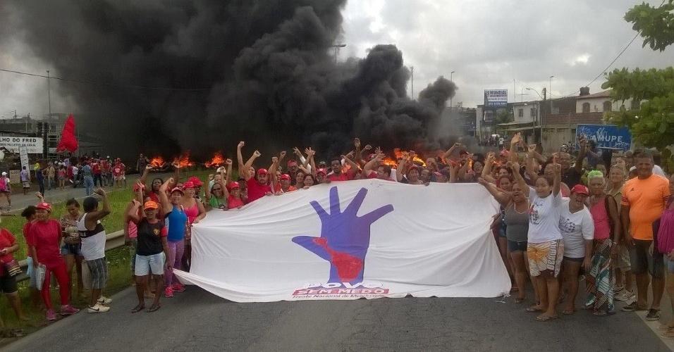 31.mar.2017 - Em Recife, manifestantes queimaram pneus e bloquearam nos dois sentidos a BR-101