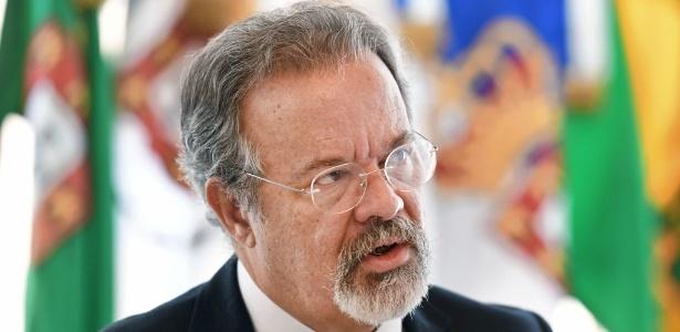 O ministro da Defesa, Raul Jungmann, mantém conversas para avaliar situação de Temer