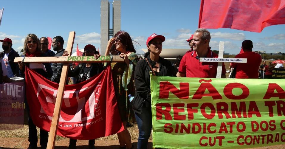 Protesto contra a reforma trabalhista em frente ao Congresso Nacional em Brasília (DF), nesta terça-feira (11)