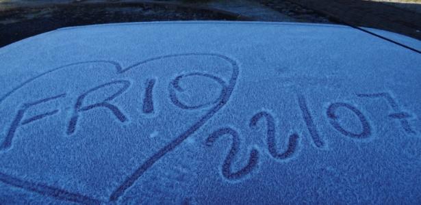 Geada em praça de Urupema (SC), uma das cidades que voltou a registrar temperatura negativa neste sábado (22)