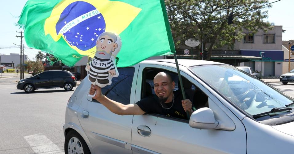 13.set.2017 - Manifestantes pró Lava Jato começam a se reunir para ato em frente ao Museu Oscar Niemeyer, em Curitiba (PR); Polícia acompanha e separa grupos pró e contra para que não haja confrontos