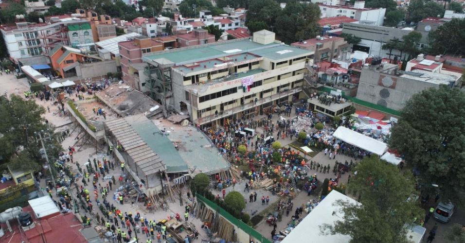 20.set.2017 - Equipes de resgate procuram por pessoas em escola  no dia seguinte após forte terremoto atingir a Cidade do México