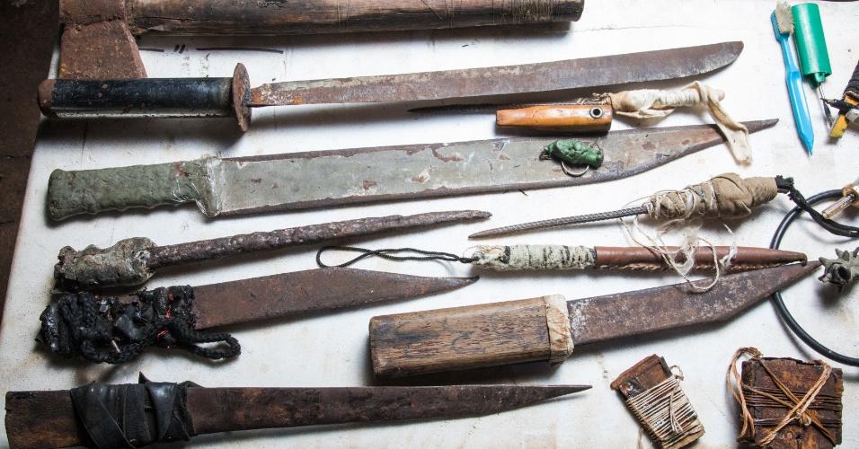 Facas e objetos cortantes encontrados com os presos nos pavilhões do Carandiru. Ronaldo Mazotto mantém a coleção no quintal de sua, em Serra Azul