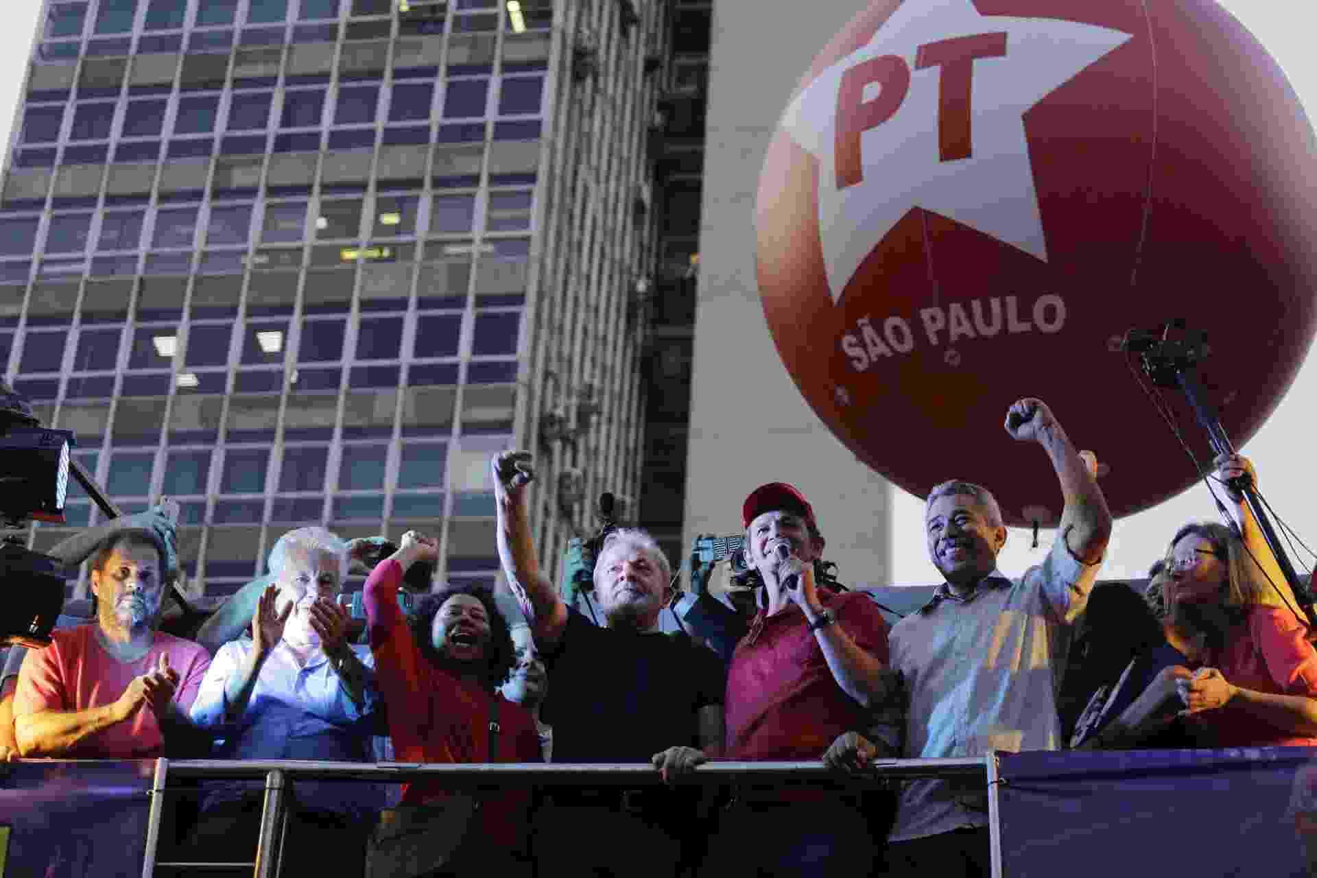 Após confirmada sua condenação, ex presidente Lula participa de ato promovido pela CUT na Praça da República em São Paulo - Nelson Antoine/UOL