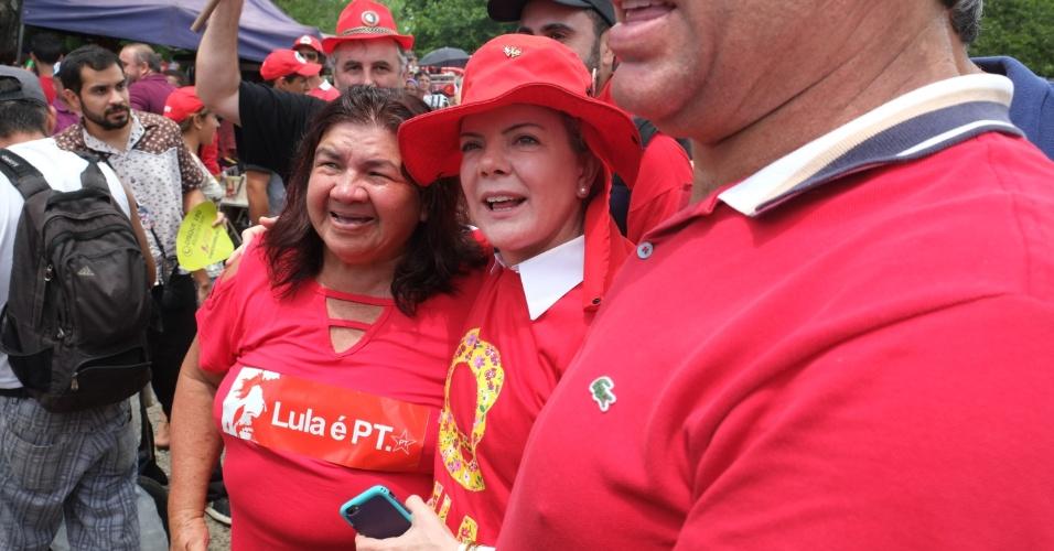 Senadora Gleisi Hoffmann interage com manifestantes que aguardam o resultado do julgamento no TRF4 em Porto Alegre