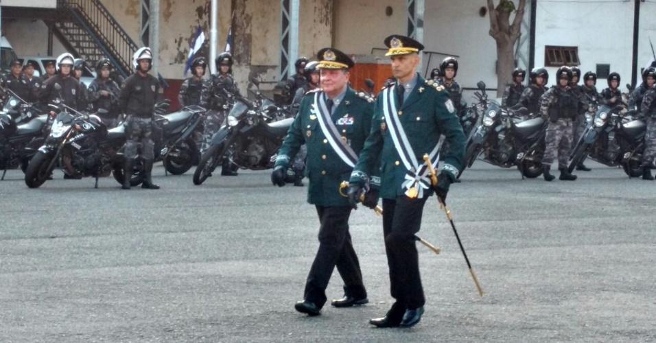 O novo comandante da Polícia Militar, coronel Luis Claudio Laviano, (à dir.) e o ex-comandante Wolney Dias Ferreira (esq.) durante cerimônia de posse no Rio