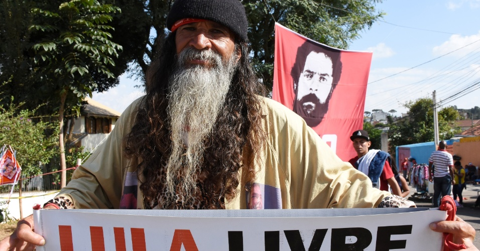 3.mai.2018 - Movimentação nas proximidades da sede da Polícia Federal, onde está preso o ex presidente Luiz Inácio Lula da Silva, no Bairro Santa Cândida, em Curitiba (PR), nesta quinta-feira (03). Manifestantes contrários à prisão montaram um acampamento na região