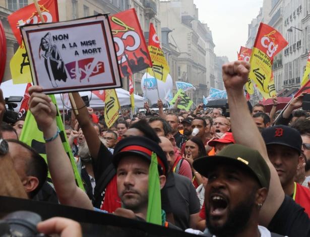 29.mai.18 - Ferroviários se manifestam em Paris contra reformas do governo francês