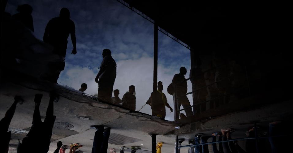 Eleitores fazem fila para votar em zona eleitoral localizada na favela da Rocinha, a maior do Brasil com cerca de 70 mil habitantes