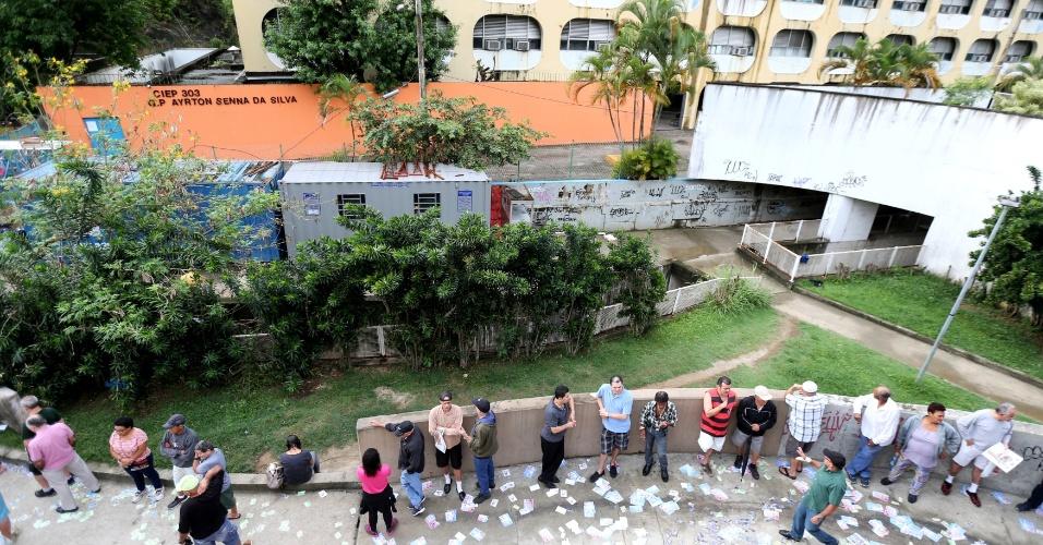 Eleitores se reúnem em filas na manhã deste domingo (7) à espera da abertura dos locais de votação, que ocorre às 8h