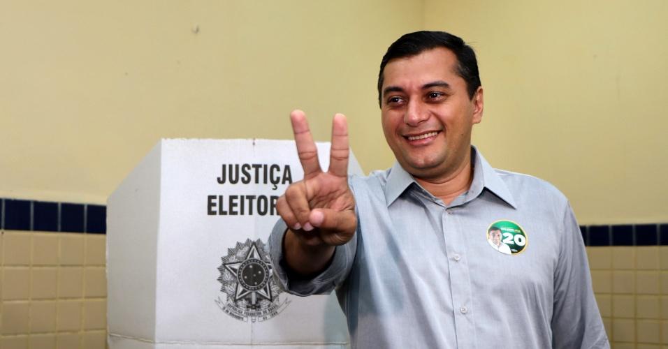 28.out.2018 - Candidato à Governador do Amazonas, Wilson Lima (PSC) vota na Escola Estadual Sant'Ana, em Manaus (AM)