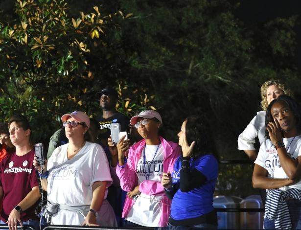 Apoiadores de Andrew Gillum, candidato democrata ao governo da Flórida, ouvem seu discurso após derrota em Tallahassee