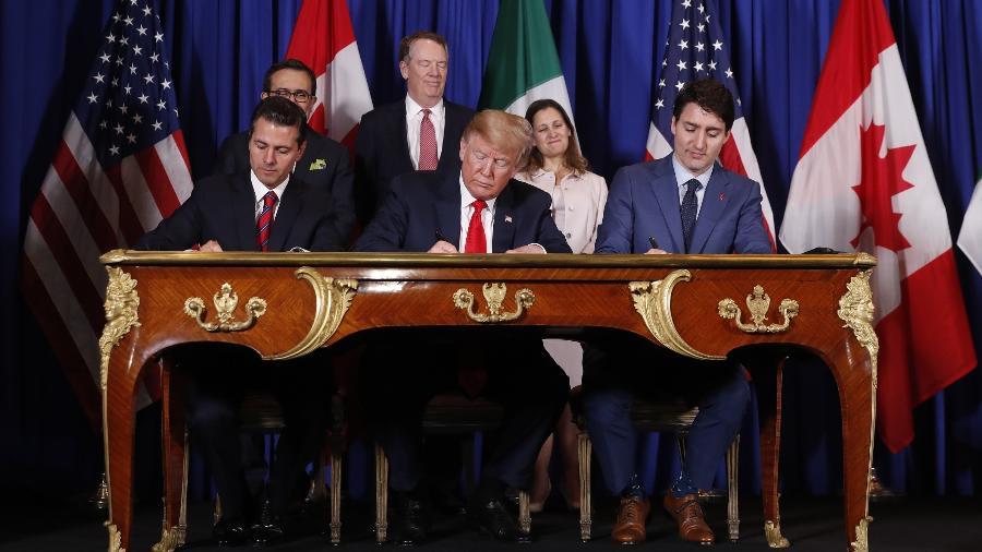 Os presidentes do México, Enrique Pena Nieto (esq.), e dos EUA, Donald Trump (centro), e o primeiro-ministro do Canadá, Justin Trudeau, assinam tratado comercial antes do início da cúpula do G20 - Andres Stapff/Reuters