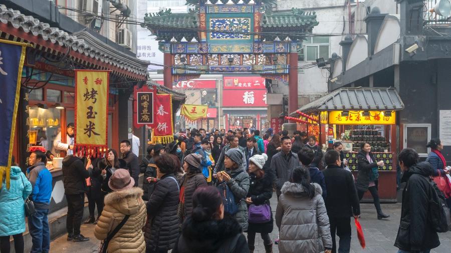 Comércio na Rua Wangfujing, em Pequim, na China. País asiático seria um dos mais afetados e corre risco de perder quase 24% do seu PIB  - Getty Images