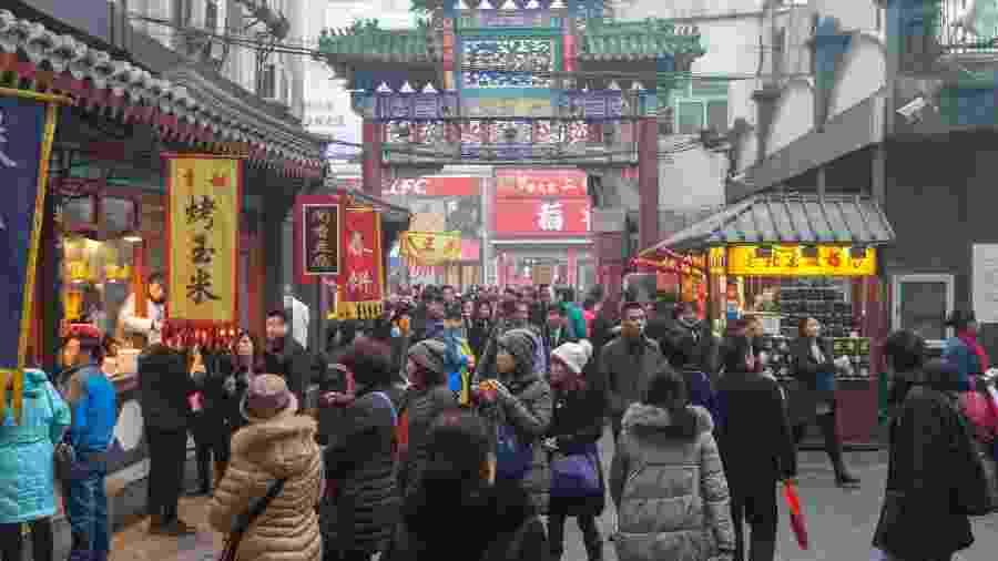 Comércio na Rua Wangfujing, em Pequim/Beijing, na China [ásia, bolsas asiáticas, asiáticos, consumo, economia mundial, comércio, chinês, chineses] - Getty Images