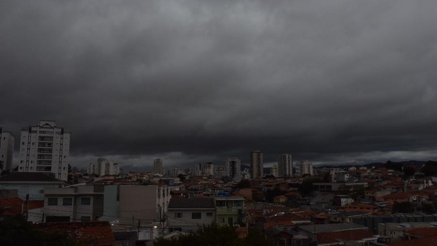 dddc197bd Tempestade deixa São Paulo em estado de atenção neste domingo. 28.abr.2019  - Chuva na tarde deste domingo em São Paulo - ROBERTO