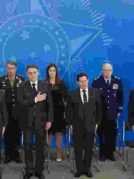 Jair Bolsonaro e  seu vice, Hamilton Mourão, com ministros militares: eles só não irão pular na cova junto com o presidente  - DIDA SAMPAIO/ESTADÃO CONTEÚDO