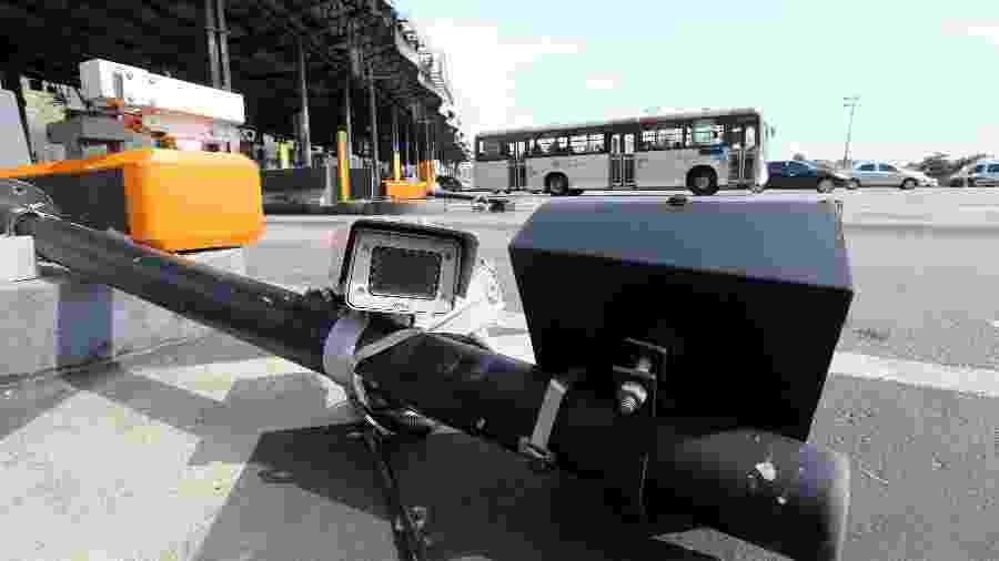 28.out.2019 - Câmeras de monitoramento quebradas pela prefeitura do Rio na praça do pedágio da Linha Amarela - WILTON JUNIOR/ESTADÃO CONTEÚDO