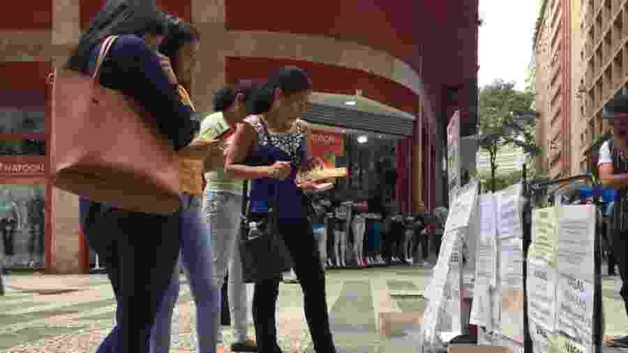 Na Barão de Itapetininga, em São Paulo, vagas de emprego são expostas na rua e em postes - BBC