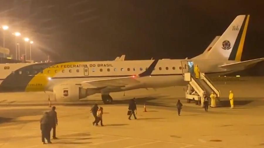 Brasileiros em Wuhan embarcam em avião do FAB, em fevereiro de 2020 - Reprodução/TV Brasil