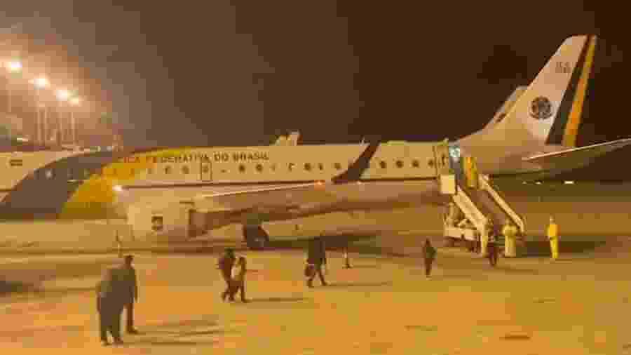 Brasileiros em Wuhan embarcam em avião do FAB - Reprodução/TV Brasil