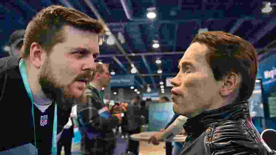 8.jan.2020 - Homem observa robô parecido com o ator Arnold Schwarzenegger na CES, em Las Vegas - David Becker/Getty Images