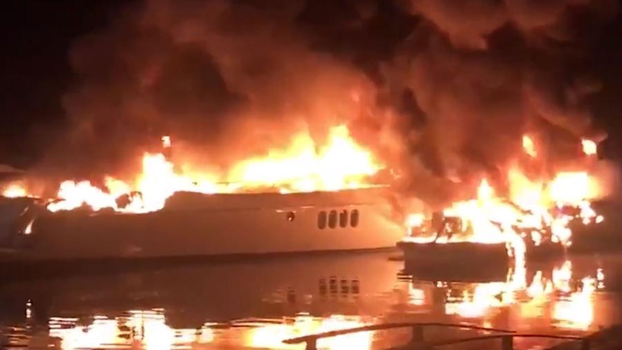 26.jul.2020 - Lanchas pegam fogo em condomínio em Angra dos Reis (RJ) - Reprodução/Globo News