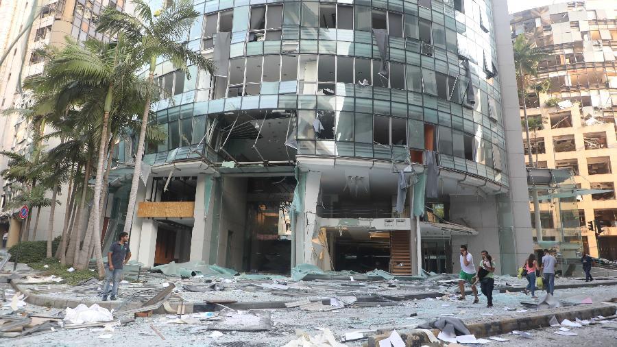 Pessoas passam por prédio destruído após a explosão em Beirute, Líbano - Xinhua/Bilal Jawich