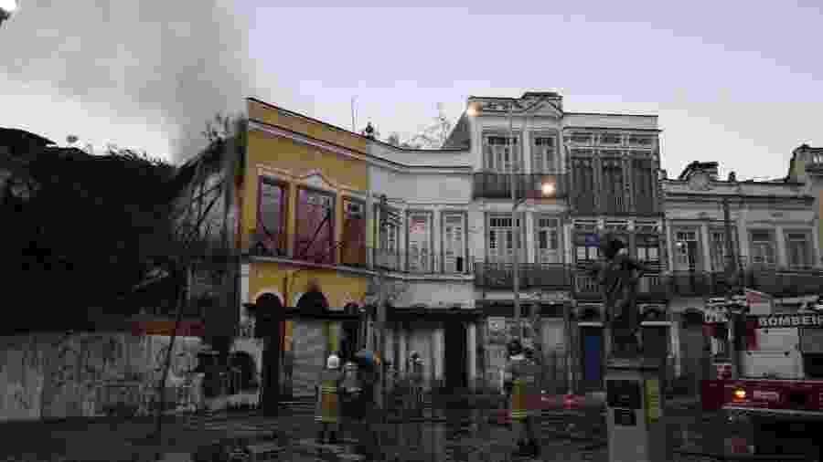 11/08/2020 - Incêndio atinge casarão histórico no bairro do Gamboa, na cidade do Rio de Janeiro - JOSE LUCENA/ESTADÃO CONTEÚDO