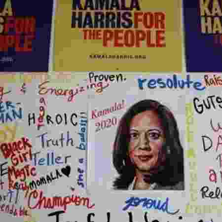 Cartaz da campanha de Kamala Harris - Getty Images - Getty Images