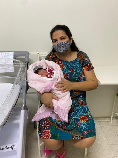 Gislaine Menezes com a pequena Ana Luisa nos braços após o parto em São José do Rio Preto (SP) - Hospital Austa/Divulgação