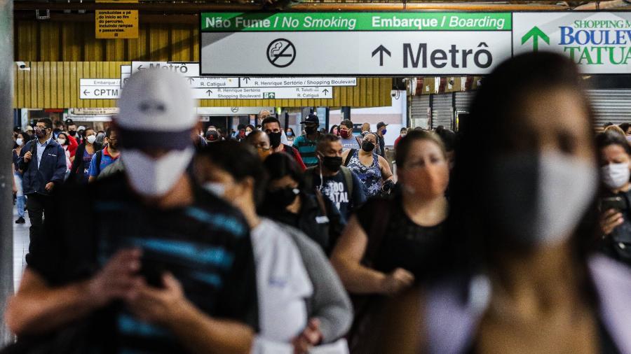 Movimentação de passageiros na estação do Tatuapé, do Metro e da CPTM, Zona Leste de São Paulo, durante a fase emergencial - PAULO GUERETA/AGÊNCIA O DIA/ESTADÃO CONTEÚDO