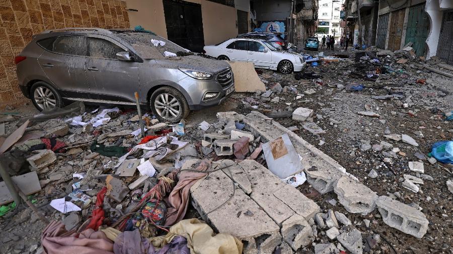 Palestinos inspecionam danos causados por bombardeio aéreo israelense na Faia de Gaza - Mahmud Hams/AFP