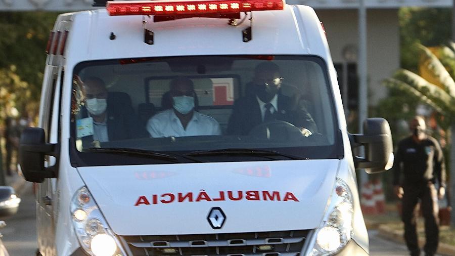 Ambulância leva o presidente Jair Bolsonaro do Hospital das Forças Armadas para a Base Aérea de Brasília, de onde ele foi transferido para São Paulo de avião - Frederico Brasil/Futura Press/Estadão Conteúdo