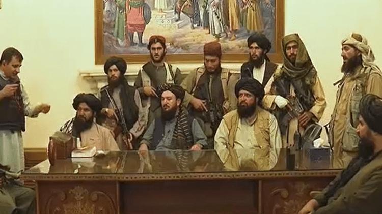 Combatentes do Taleban dentro do palácio presidencial do Afeganistão - Reprodução/Al Jazeera - Reprodução/Al Jazeera